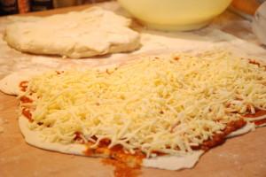 Pizza-mit-Kaese-vor-dem-backen